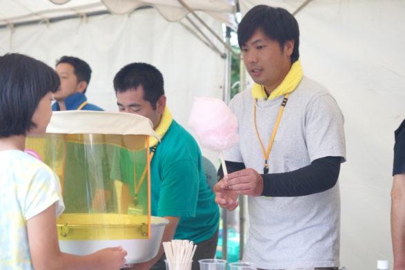 綿菓子を作る男性